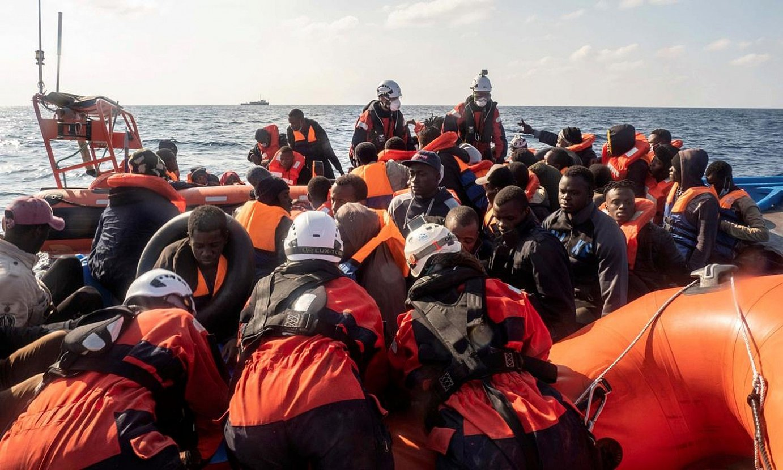 Sea Watch gobernuz kanpoko erakundeko kideak migratzaileak erreskatatzen, Mediterraneoan. ©SELENE MAGNOLIA / EFE