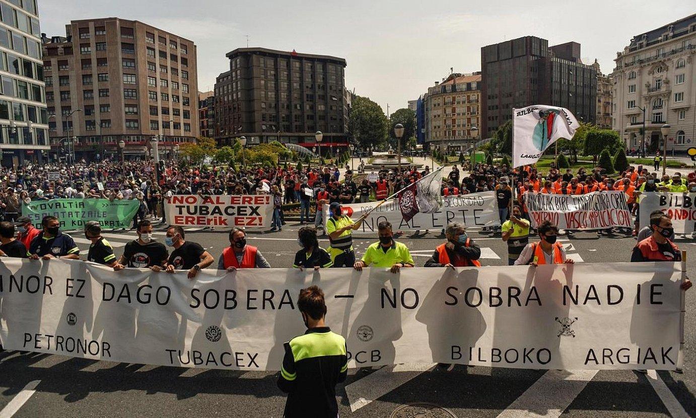 Manifestazioan parte hartu zuten hainbat enpresa langileek eraman zituzten pankartak, Moyua plazan bat egin zutenean. ©MIGUEL TOÑA / EFE