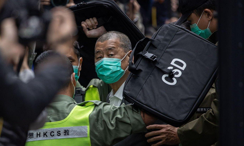Jimmy Lai <em>Apple Daily</em> egunkariaren jabea atxilotuta, epaitegira bidean, iragan otsailaren 9an. ©JEROME FAVRE / EFE