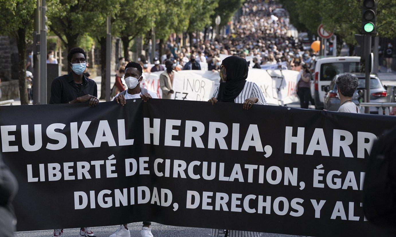 Migratzaileen defentsan egindako manifestazioa, atzo, Irunen. ©JAGOBA MANTEROLA / FOKU