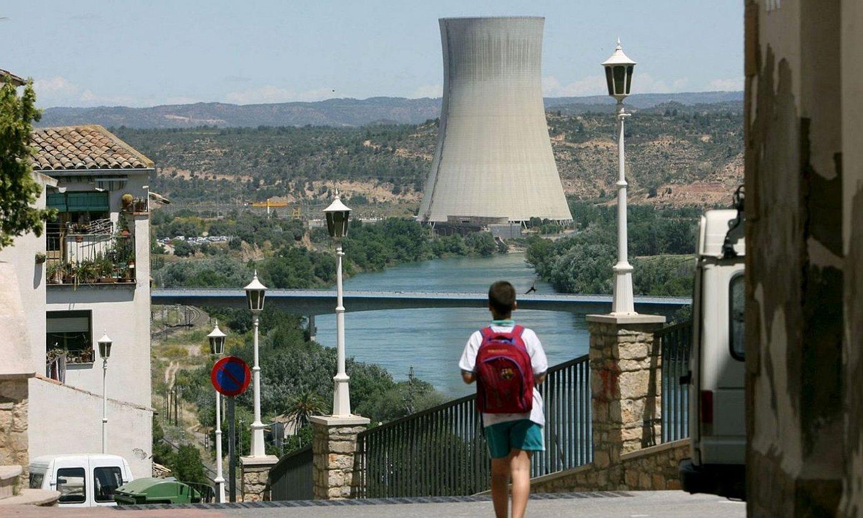 Tarragonako Asco herrian dagoen zentral nuklearreko hozte dorrea, Ebro ibaiaren ertzean. ©JAUME SELLART / EFE