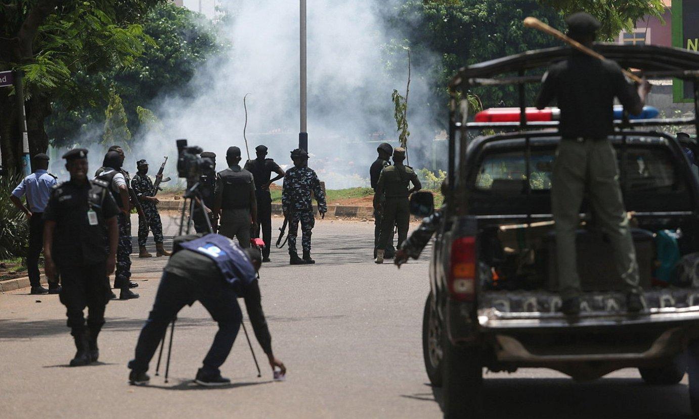 Polizia negar gasa botatzen, joan den astean Kaduna hirian izandako protesta batean. ©AKINTUNDE AKINLEYE / EFE
