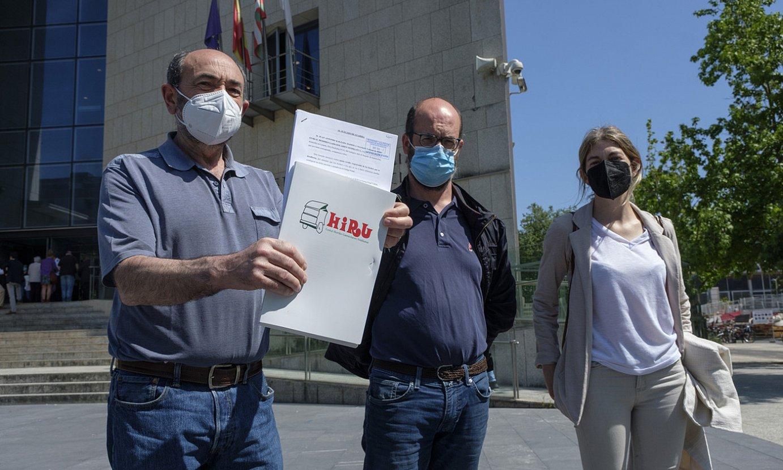 Garraiolari autonomoen sindikatuko ordezkariak, atzo, Donostiako epaitegian. ©JON URBE / FOKU