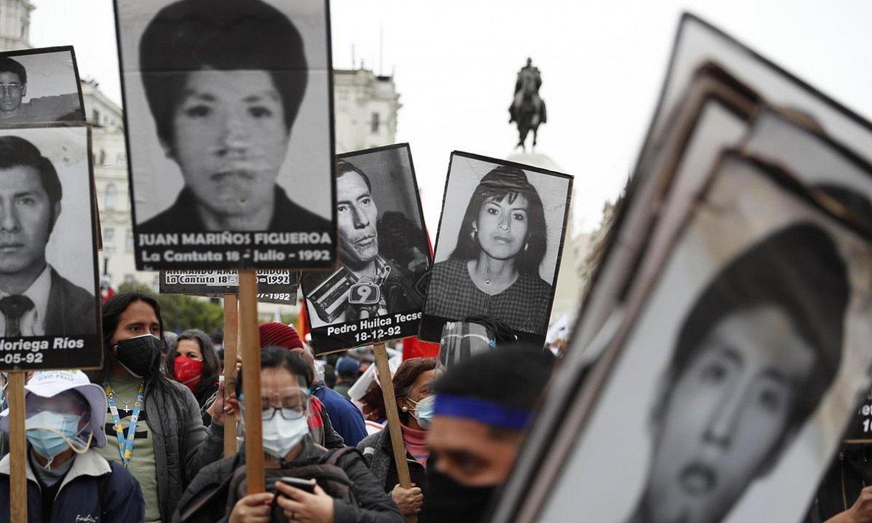 La Cantutako sarraskiko biktimen senideeen protesta. Alberto Fujimoriren agintaldian egin zuten sarraskia. ©P. A. / EFE