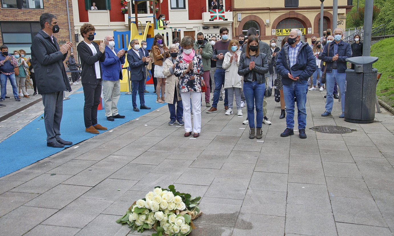 Mari Jose Bravo zenaren senideak eta Donostiako udal ordezkariak, atzo, Loiola auzoko omenaldian. ©MAIALEN ANDRES / FOKU