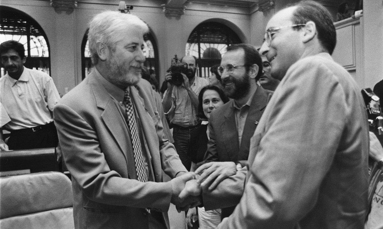 1995eko uztailaren 4an, Iñaki Cabases (EA), Javier Otano (PSN) eta Juan Cruz Alli (CDN), akordioa izenpetzean. ©OSKAR MONTERO