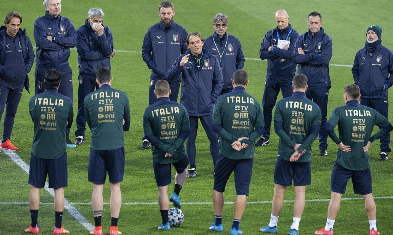 Roberto Mancini Italiako hautatzailea jokalariei aginduak ematen, entrenamendu batean. ©VASSIL DONEV / EFE