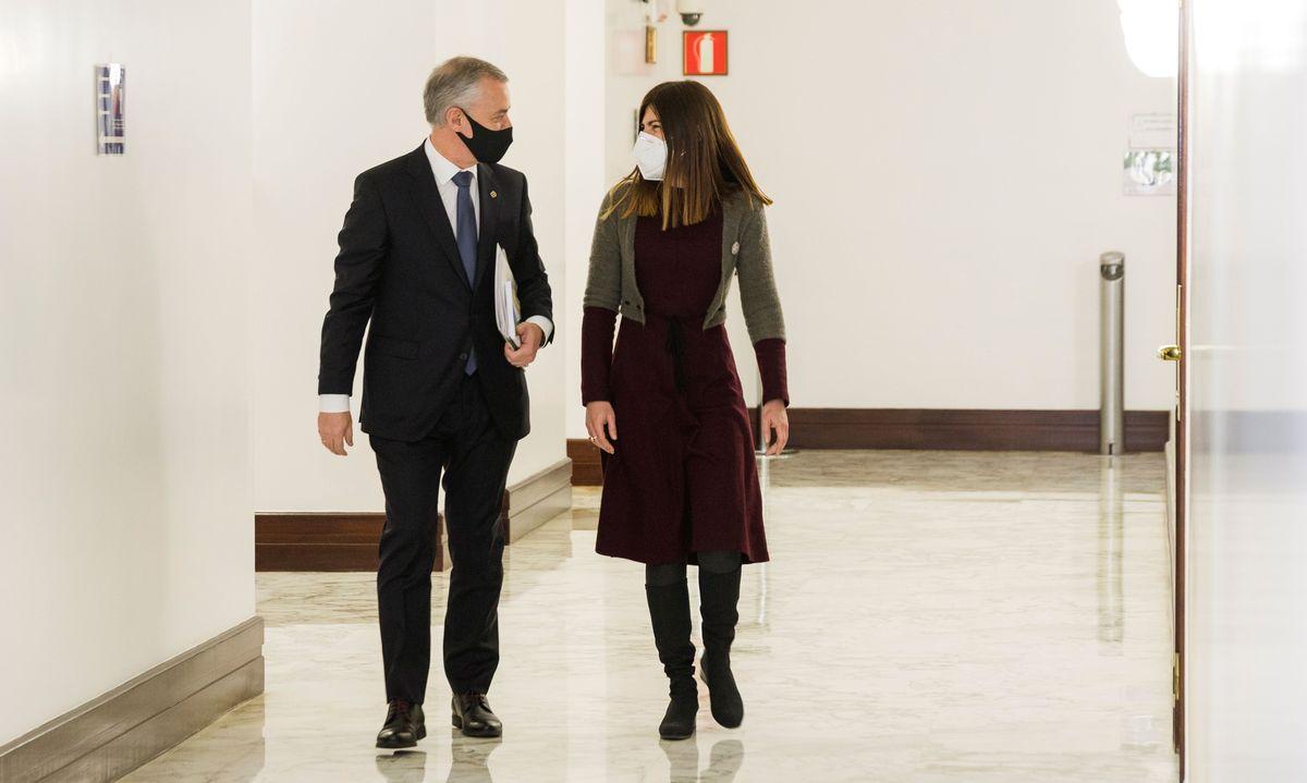 Iñigo Urkullu lehendakaria eta Miren Gorrotxategi Elkarrekin Podemos-IUko bozeramailea, Eusko Legebiltzarreko korridoreetan —artxiboko irudia—. ©J.R.BILBAO/ EFE