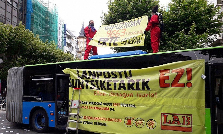 Bi ekintzaile autobus batera igota, Donostiako Askatasunaren hiribidean. ©LAB