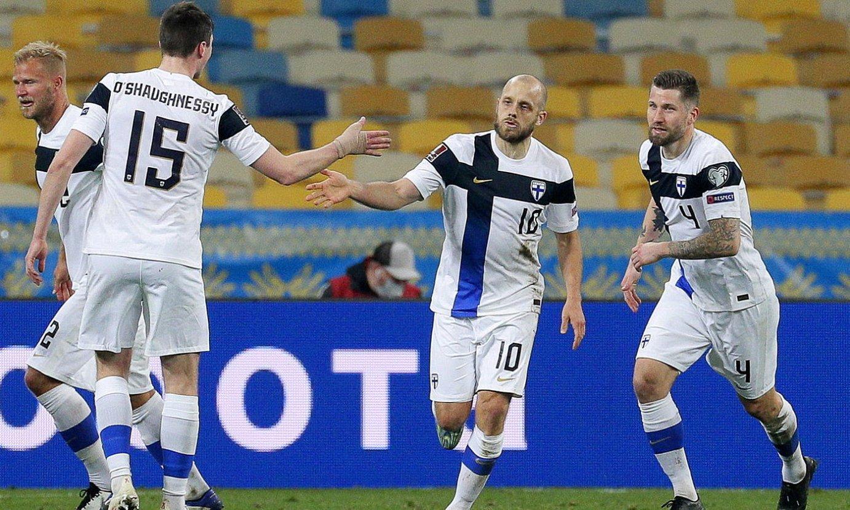 Finlandiako jokalariak gol bat ospatzen. Estreinakoz arituko dira Eurokopan. ©SERGEI DOLZHENKO/ EFE