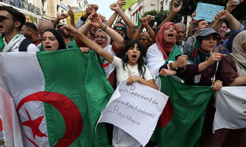 Manifestazio bat Aljerren, 2019ko presidentetzarako bozen atarian. ©AHMED GAID SALAH / EFE