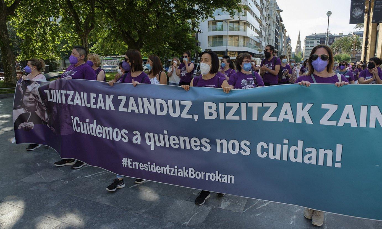 Zahar etxeetako langileek manifestazioa egin zuten Ibaetako kanpusetik Bulebarreraino, eta gero aldundiaren egoitzara joan ziren. ©JON URBE / FOKU