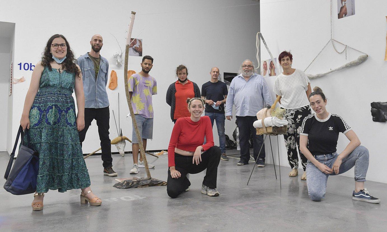 Uharte zentroan egonaldiak egin dituzten artistetako batzuk, osteguneko aurkezpenean. ©IDOIA ZABALETA / FOKU