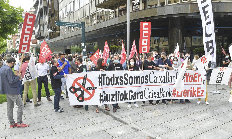 Iruñeko Caixabanken egoitza nagusian elkarretatzea egin zuten atzo, kaleratzeen aurka. ©IDOIA ZABALETA / FOKU