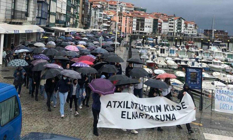 Gazteak aska zitzatela eskatzeko manifestazioa egin zuten asteazkenean Lekeition (Bizkaia). ©GEDAR LANGILE KAZETA