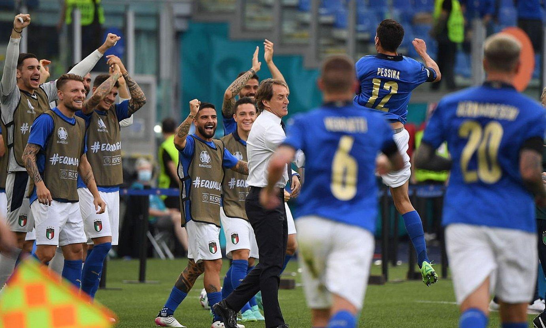 Italiako selekzioko kideak, Matteo Pessinak Galesi sartutako gola ospatzen. ©ALBERTO LINGRIA / EFE