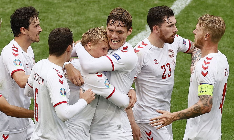 Danimarkako jokalariak, Kasper Dolberg zoriontzen, hark partidako lehen gola sartu eta gero, atzo, Amsterdamen. ©KOEN VAN WEEL / EFE