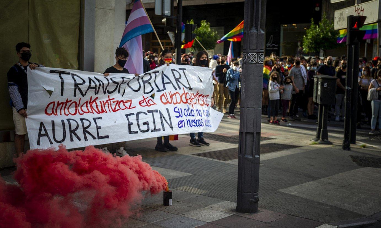 Zenbait herritar pankarta eskuan, LGTBI Komunitatearen Nazioarteko Egunean egindako manifestazioan, Gasteizen. ©JAIZKI FONTANEDA / FOKU