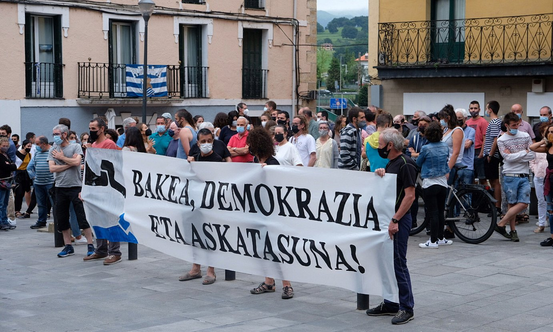 Atxiloketen aurkako protestak egin zituzten atzo arratsaldean. Irudian, Beasainen (Gipuzkoa), Saez de Egilazen herrian eginiko elkarretaratzea. ©JON URBE / FOKU