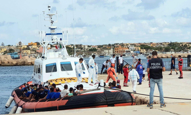 Zenbait pertsona Lampedusara iritsi berritan, iaz. ©ELIO DESIDERIO / EFE