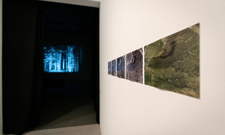 Artium museoko Z aretoan ikus daiteke filma. Aretora sartu aurreko eremuan dago erakusketa. ©ENDIKA PORTILLO / FOKU