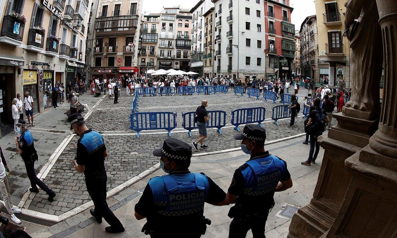 Iruñeko Udaletxe plaza, atzo eguerdian, jende gutxirekin. ©JESUS DIGES / EFE