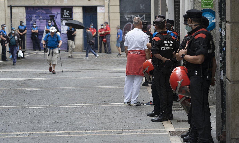 IRUÑEA, 2021-07-06.- Sanferminik gabeko uztailaren 6a. Polizia, Udaletxe plazan. ©JAGOBA MANTEROLA / FOKU