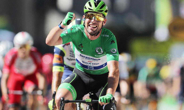 Mark Cavendish Tourrean lortutako garaipena ospatzen; 34. etapa irabazi zuen atzo. ©CHRISTOPHE PETIT-TESSON / EFE