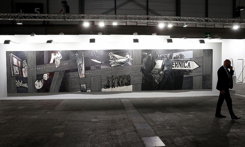 Agustin Ibarrolaren <em>Gernika</em> Madrilgo Arco azokan dago ikusgai egunotan. ©CHEMA MOYA / EFE