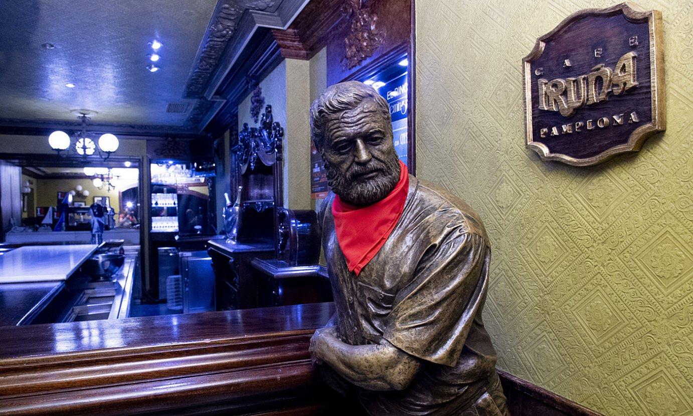 <b>Ernest Hemingway. </b>Iruña kafetegian idazle estatubatuarraren eskultura bat dago. ©IÑIGO URIZ / @FOKU