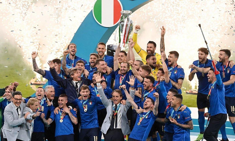 Italiako selekzioa Eurokopako garaipena ospatzen, herenegun. ©FACUNDO ARRIZABALAGA / EFE