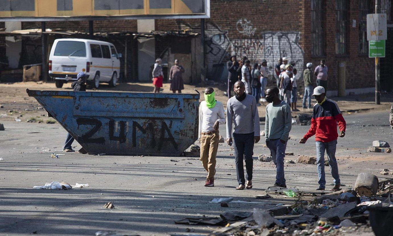Johannesburgoko kale bat, Zumaren aldeko protesten ondoren. ©KIM LUDBROOK / EFE