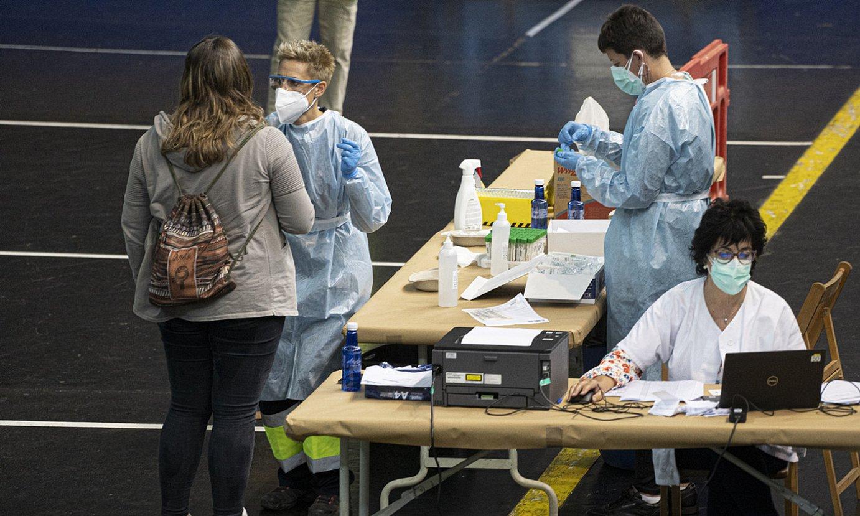 Nafarroako osasun zerbitzuetako erizainak PCR probak egiten, atzo, Lesakan. ©JAGOBA MANTEROLA / FOKU