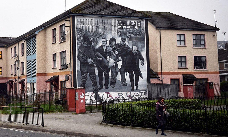 1972ko Bloody Sundayko hilketak oroitzeko Derryn (Ipar Irlanda) margotu zuten murala, artxiboko irudi batean. ©NEIL HALL / EFE