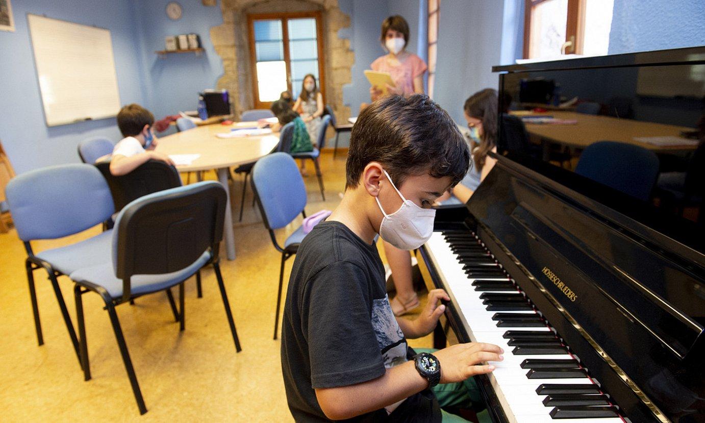 <b>Ikasleak. </b>Ikasle bat pianoa jotzen, Loatzo musika eskolan, Villabona-Amasan. ©IÑIGO URIZ / @FOKU