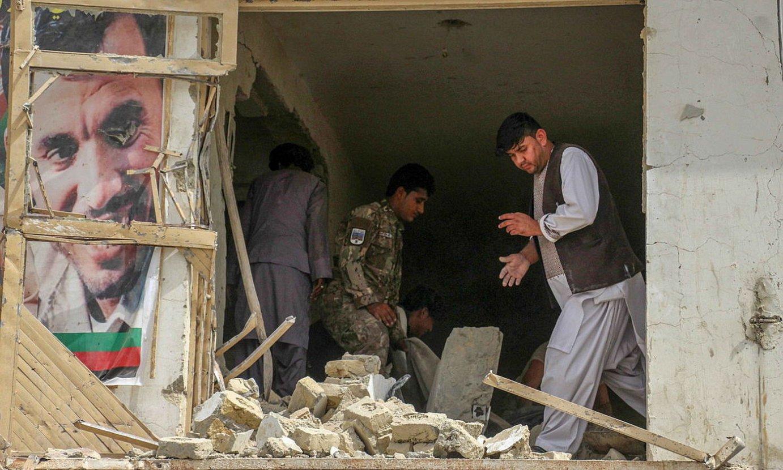 Afganistango segurtasun indarrak Kandaharren, hil hasieran, bonba leherketa baten ondorioak aztertzen. ©M SADIQ / EFE