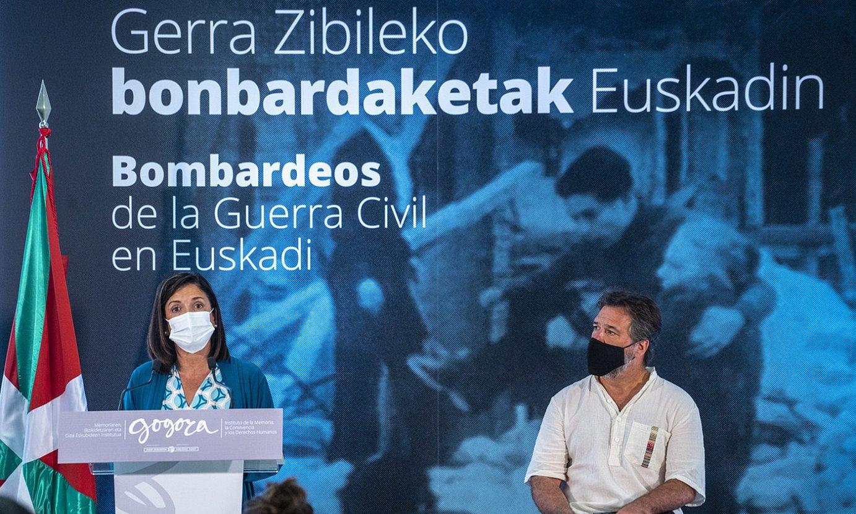 Beatriz Artolazabal eta Xabier Irujo, liburuaren aurkezpenean, atzo. ©MARISOL RAMIREZ / FOKU