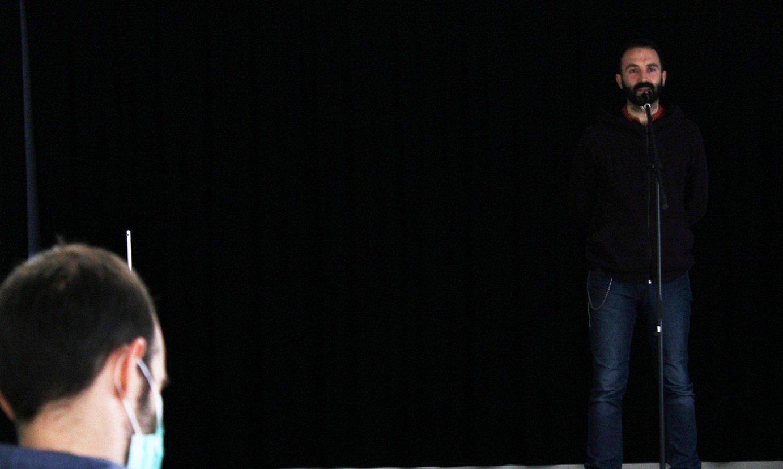 Jon Martin kantuan, gizonentzako bertso eskola feministako saio batean. ©XDZ