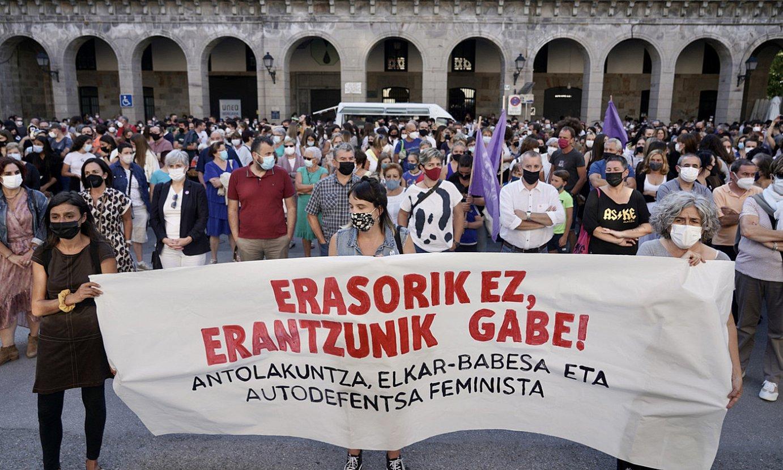 Elkarretaratzea egin zuten atzo Bergaran, erasoak salatzeko. ©A. CANELLADA / FOKU