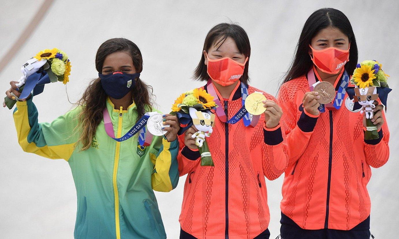 Momiji Nishiya, Rayssa Leal eta Funa Nakayama, atzo, dominekin. / JIJI PRESS / EFE