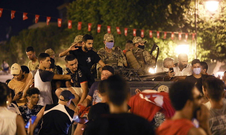 Kais Saied Tunisiako presidentearen jarraitzaileak kalean, hark hartutako erabakiak ospatzen, igande gauean. ©STR / EFE