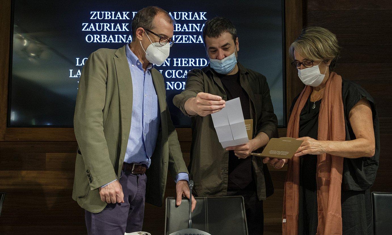 Patrick Alfaya, Xabier Erkizia eta Susana Soto, atzo, Donostiako San Telmo museoan. ©JON URBE / FOKU