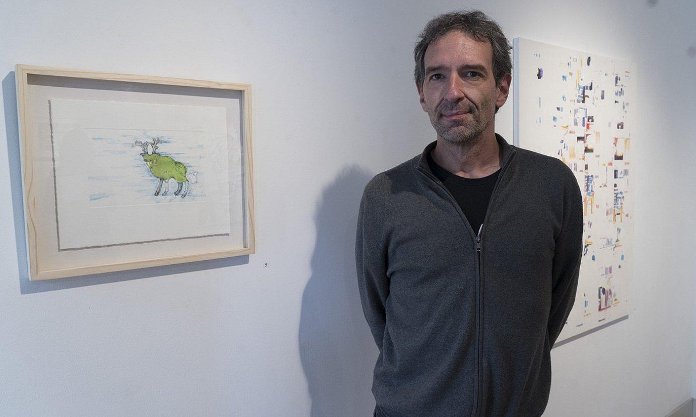 Iker Antia Arteztu galeriako arduraduna, Gorka Larrañaga artistak ikusgai jarritako obretako bi alboetara dituela, Donostian. ©GORKA RUBIO / FOKU