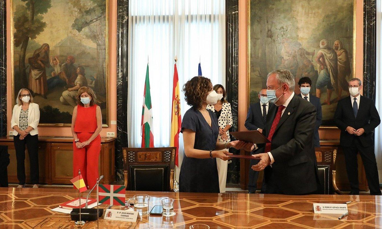 Montero Espainiako Ogasun ministroa eta Azpiazu Jaurlaritzako Ekonomia sailburua, atzo, Madrilen. ©IREKIA