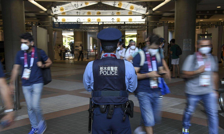 Polizia bat MPC prentsa gune nagusiko sarreran. ©CIRO FUSCO / EFE
