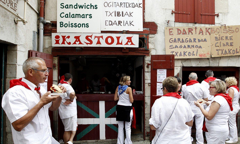 Ezagunak dira Miarritzeko ikastolak bestetan aspalditik saltzen dituen txibiak, BERRIAren egoitzaren ondoan. ©BOB EDME