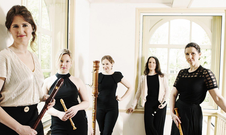 Maria Martinez flauta jotzailea (eskuinetik bigarrena), Seldom Sene taldeko gainerako kideekin. ©SARAH WIJZENBEEK