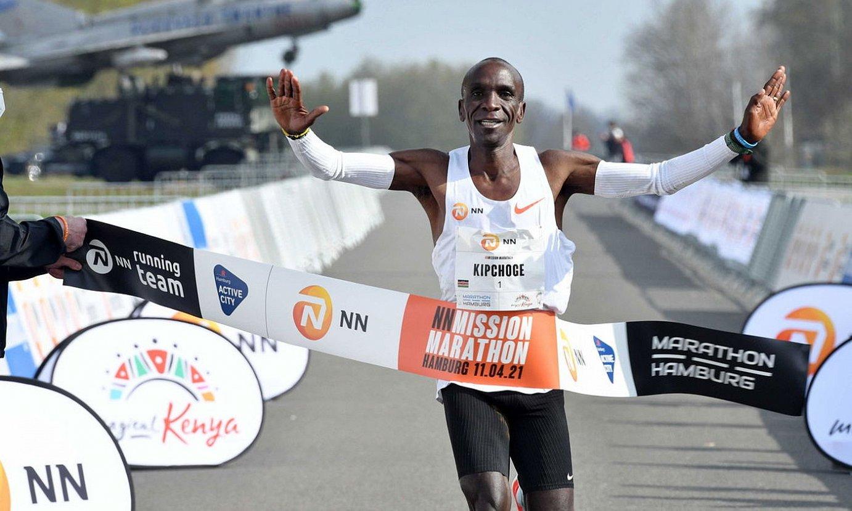 Eliud Kipchoge, Twenten jokatutako maratoia irabazten, joan den apirilean. ©ERIC BRINKHORST / EFE