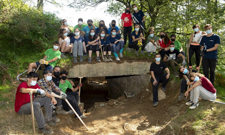 Gazte boluntarioak, atzo, Lesakan, lurpetik ateratako bunker baten ahoaren inguruan. ©IÑIGO URIZ / FOKU