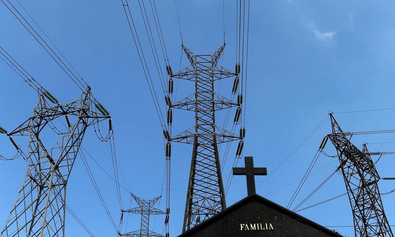 Zentral elektriko baten inguruko dorreak, Asturiasko hilerri baten ondoan. ©ELOY ALONSO / EFE